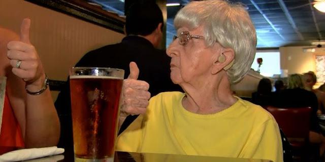 Mujer de 103 años: tomar cerveza es el secreto de la vida