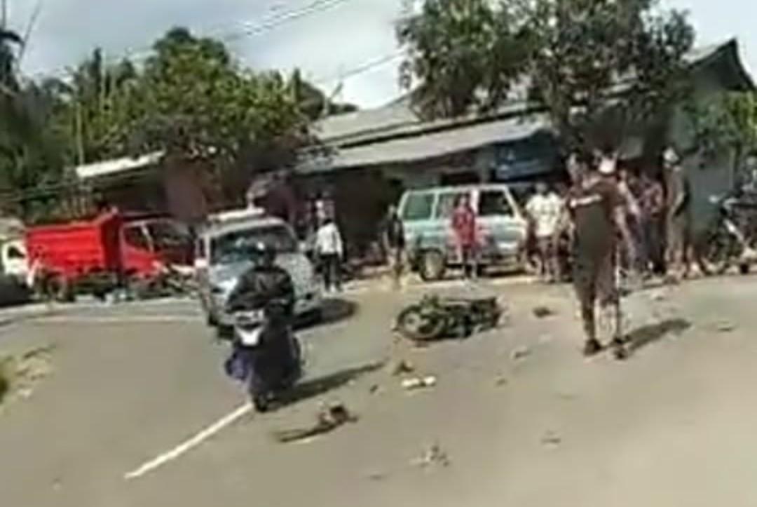[FOTO] Laka Patengko, Mobil Pengangkut Batu Bata Tabrakan dengan Sepeda Motor
