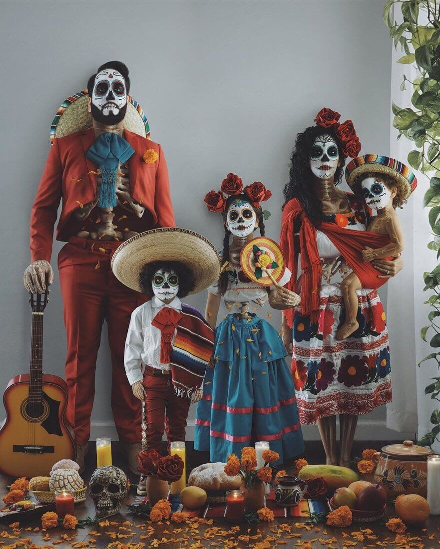 04-El-Dia-De-Los-Muertos-Vanessa-Family-Photos-Surreal-Worlds-www-designstack-co