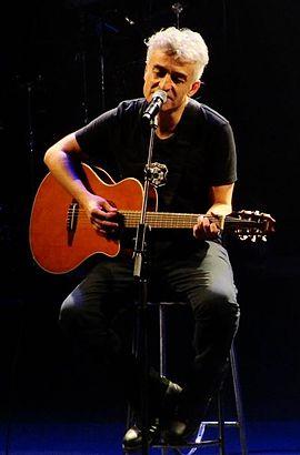 Foto de Jorge Gonzalez cantando en una presentación