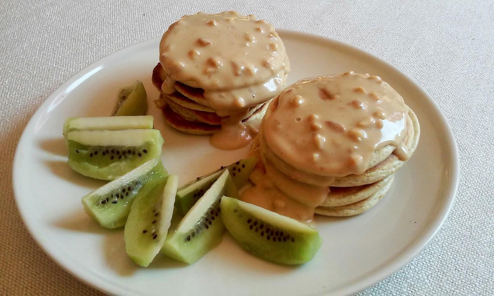 Białkowe pancakesy z sosem z masła orzechowego