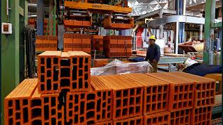 Un obrero trabaja en la fábrica de ladrillos Cerámica Fanelli de La Plata, Argentina. / Enrique Marcarian / Reuters