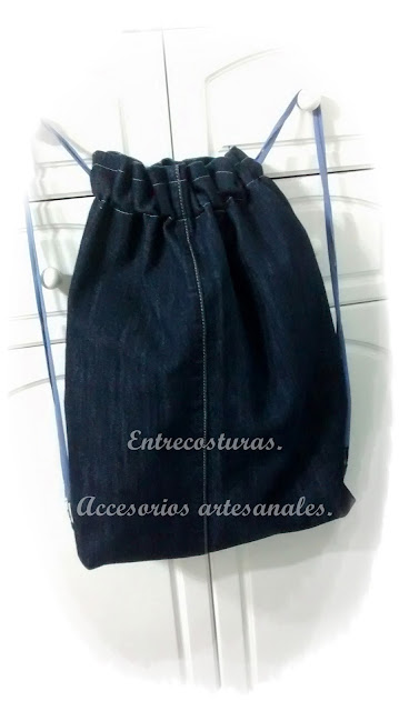 Vaquero reciclado en mochila. Entrecosturas. Accesorios artesanales.