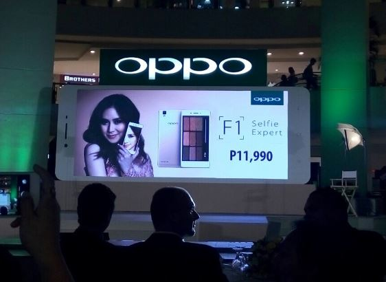The selfie expert ambassador Sarah Geronimo in TVC reveals OPPO F1 price in the Philippines.