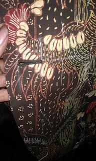 Lubang kancing jas batik
