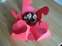 Caja para bombones con cierre en forma de flor