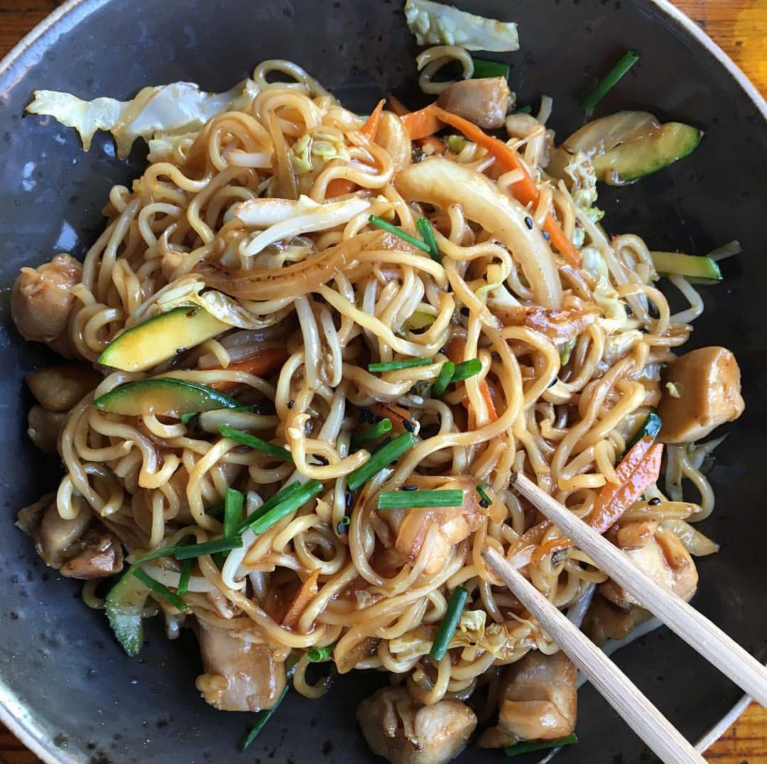 Ricetta Noodles Giapponesi Pollo.Ricetta Yakisoba Noodles Giapponesi Saltati Con Verdure E Pollo