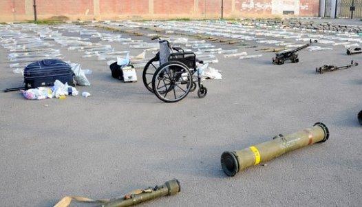 بالفيديو العثورعلى أسلحة بينها صواريخ أمريكية وأدوية إسرائيلية في المنطقة الجنوبية