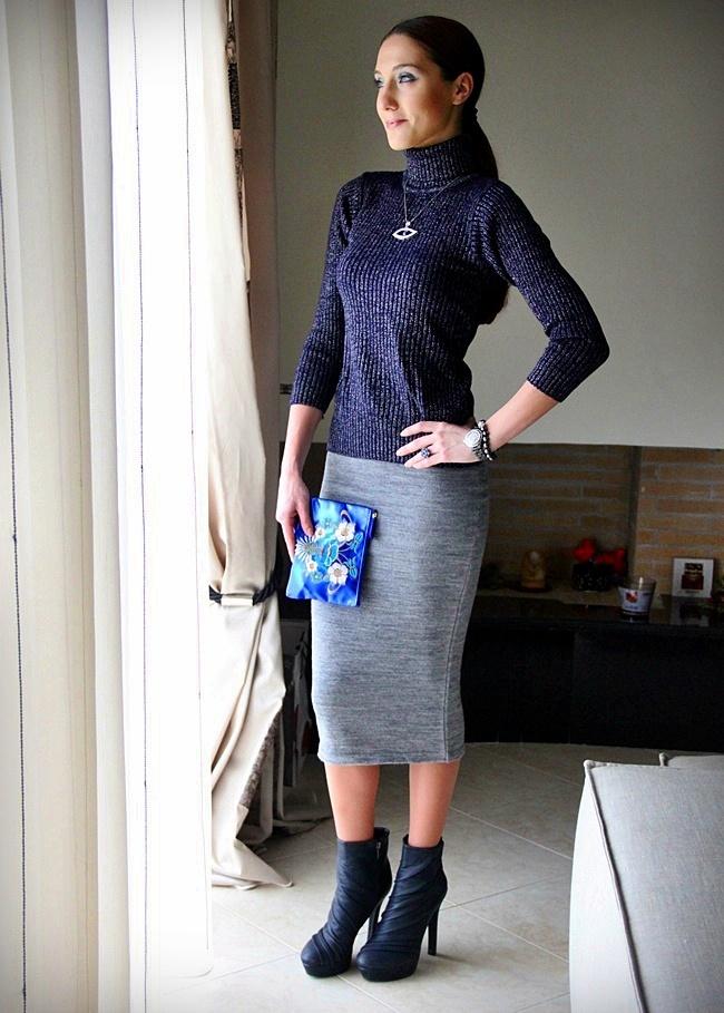 Shiny navy blue knitted turtleneck