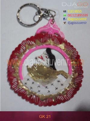 Souvenir gantungan kunci wayang kulit bebentuk bulat untuk souvenir pernikahan
