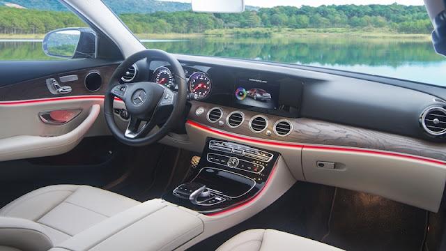 Bảng taplo Mercedes E200 2018 được ốp gỗ Open-pore Ash màu Nâu nhạt trải dài trên bề mặt Taplo và 2 bên cửa