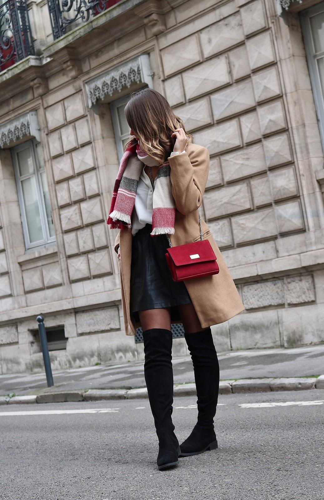 pauline dress blog mode déco lifestyle besancon tenue octobre 2017 cuissardes jupe similicuir blouse blanche manteau camel sac rouge grosse echarpe plan pied