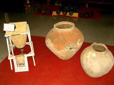 Museum Cakraningrat Kelbung Penyaring Air Batu dan Tempayan dari Tanah Liat