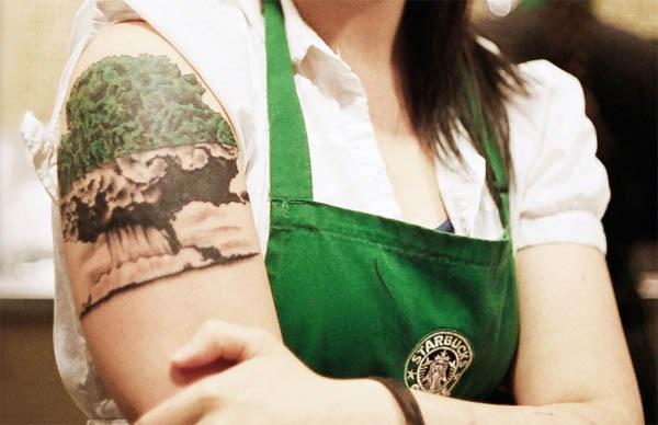 un tatuaje de arbol dende la copa son nuves
