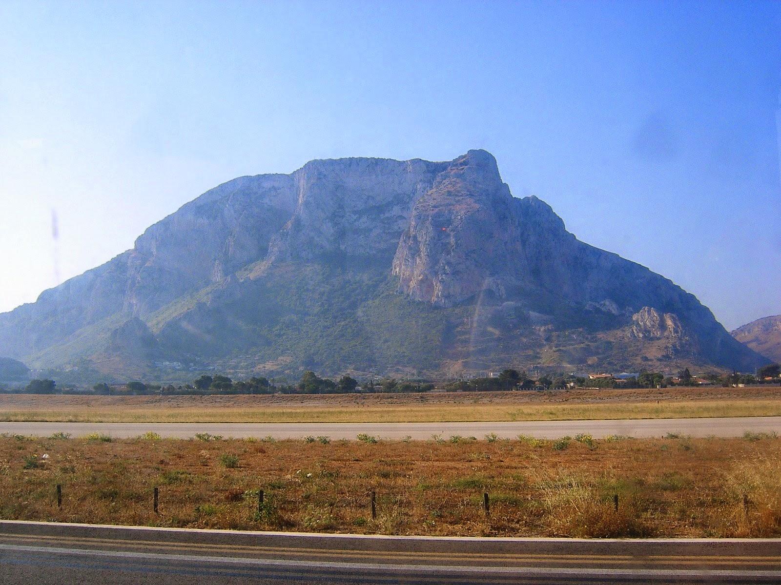 c8c1326f8d Palermo-t Conca d'Oro-nak, azaz arany kagylónak is nevezik. A város  Monreale mögötti hegyek és Monte Pellegrino között fekszik. A repülőtér itt  van a hegyek ...