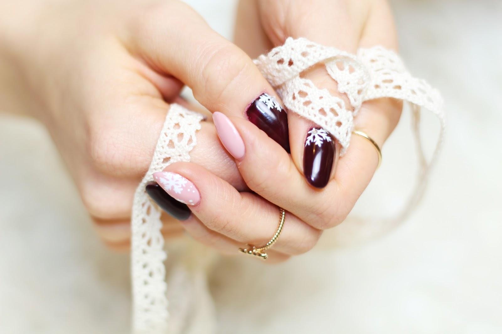 Manicure Time świąteczny Manicure W Kolorach Nude I Bordo Minimalna