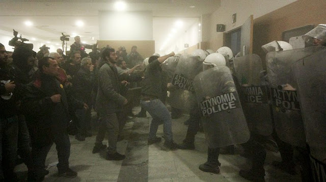Έντονη αντίδραση των Αστυνομικών για τη φύλαξη των συμβολαιογραφείων..κυβέρνησης που θέλει να επιστρατεύσει την αστυνομία φέρνοντας τους  σε ευθεία αντιπαράθεση με ολόκληρη την κοινωνία.