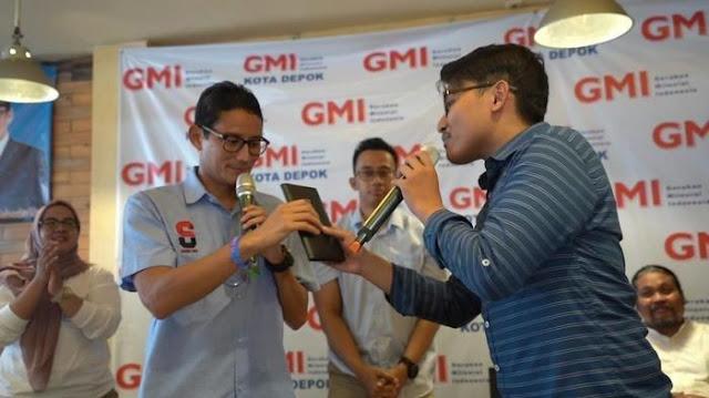 Ketika Mahasiswa Universitas Indonesia Beri Dompet pada Sandiaga Uno
