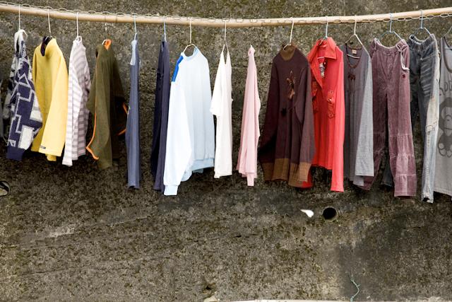 Como lavar limpar roupas de couro