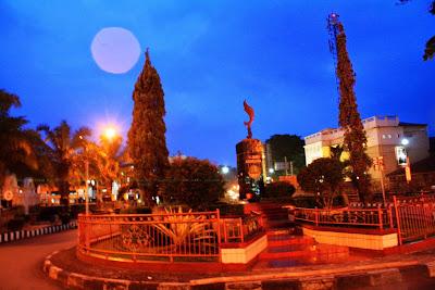 Ilustrasi foto suasana malam Taman Kota Alun-alun Kuningan