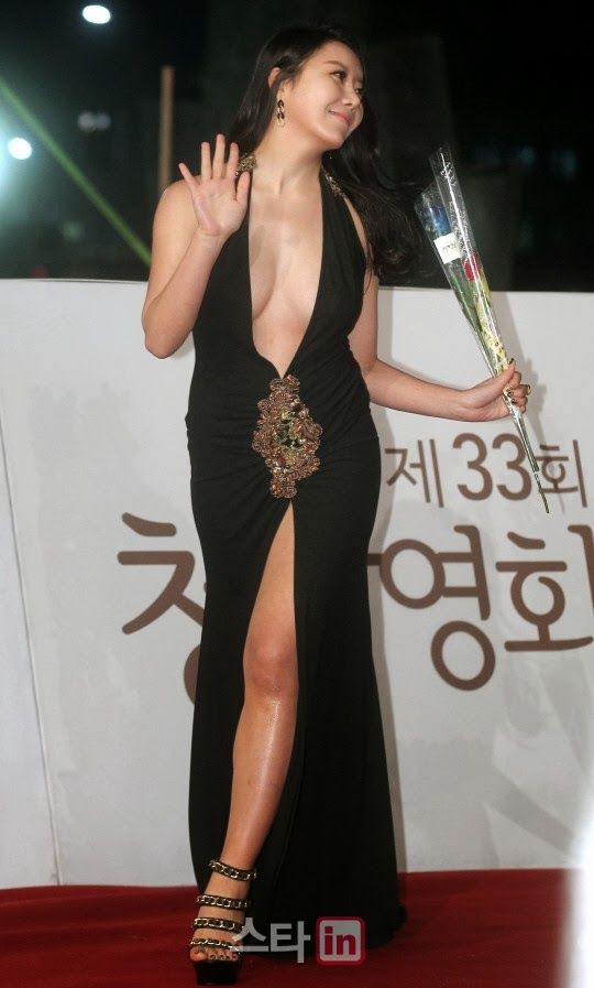 Ha Na Kyung (하나경) continued her walk on the red carpet without hint of panic but remained calm, as if were in a drama