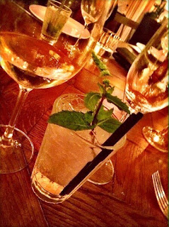 copas vino mojito ajoblanco barcelona bar cocktails y tapas restaurante mágica bcn