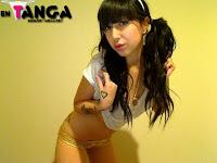 Chica Emo sexy llena de tatuajes En Tanga