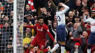 Liverpool vence o Tottenham por 2 a 1 com gol contra no fim.