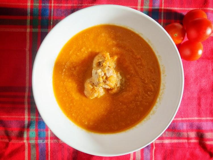 Sopa de tomate com almôndegas