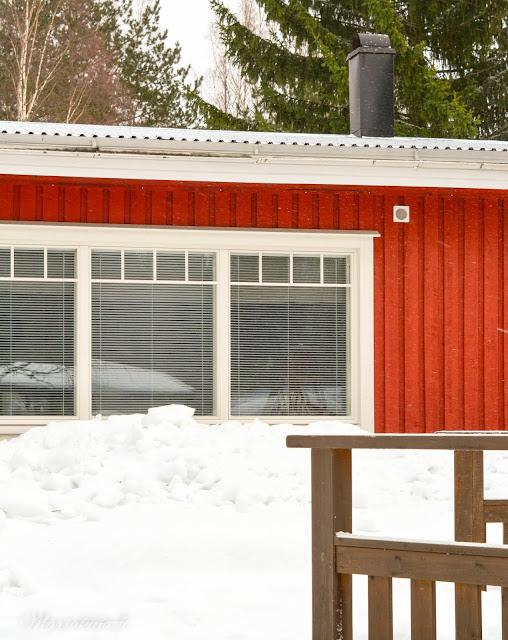 punainen red makrokuva blogi valokuvaus talvi lumi pyry talo