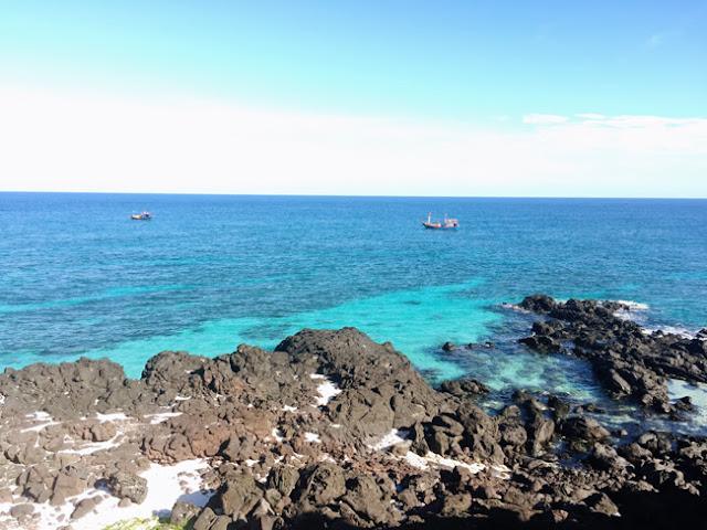 Nếu muốn tắm biển du khách nên tránh những vùng có quá nhiều đá nổi để an toàn hơn do đá ở vùng này rất trơn.