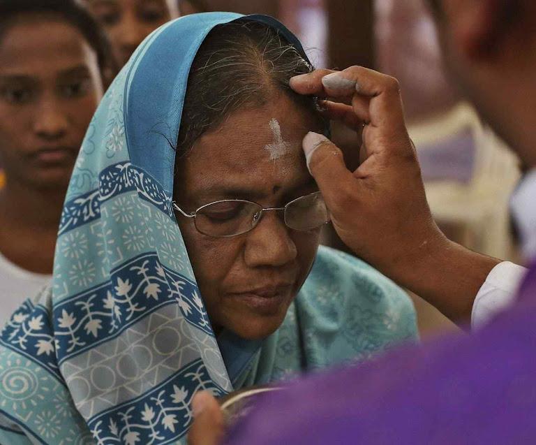Quarta-feira de Cinzas, o sacerdote reza 'Lembrate que és pó, e pó te hás de tornar'. Na catedral São José em Hyderabad, India.