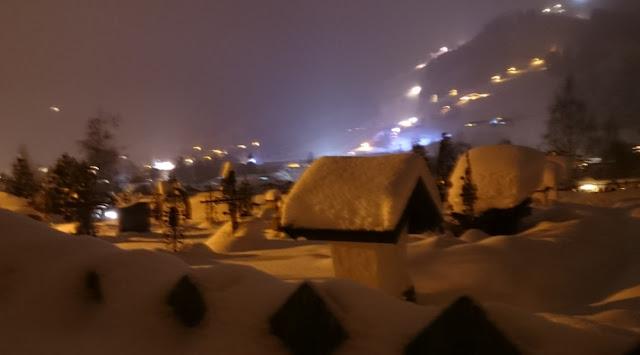 Abendspaziergang in Kitzbühel - Friedhof und im Hintergrund die Streif