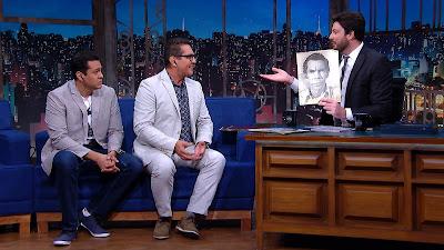Miguel e Esteban mostram a Danilo foto exclusiva de Ramón sem bigode (Divulgação/SBT)
