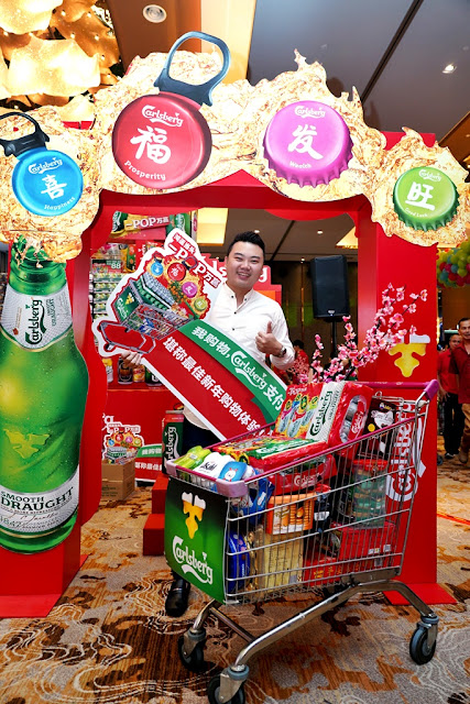 """""""Probably The Best CNY Shopping Experience – You Shop, Carlsberg Pays!"""" booth where they got to """"POP"""" a giant Carlsberg Smooth Draught can stand a chance of winning RM800 worth of groceries all paid for by Carlsberg and beers!"""
