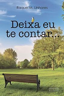 Para cego ver: Um parque num dia claro, céu azul, gramas verdes. um banco de madeira e pés de ferro no primeiro plano a esquerda e árvores ao fundo.