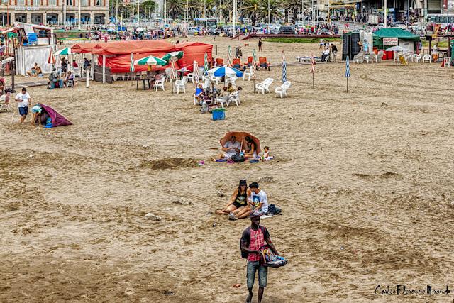 Un vendedor ambulante y poca gente en la playa
