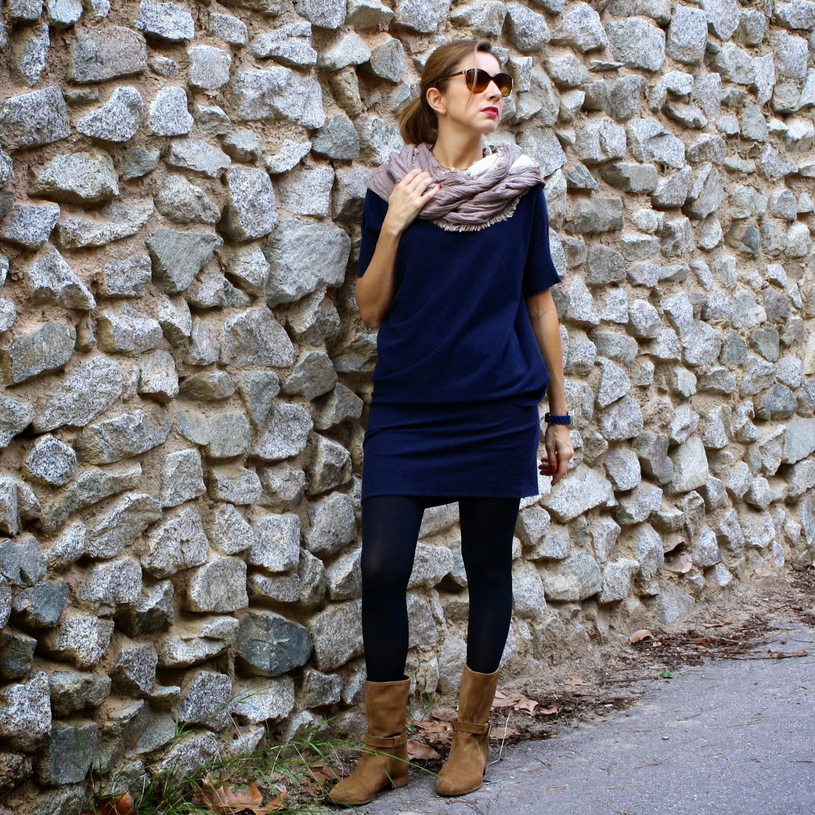 Vestido azul con zapatos marrones