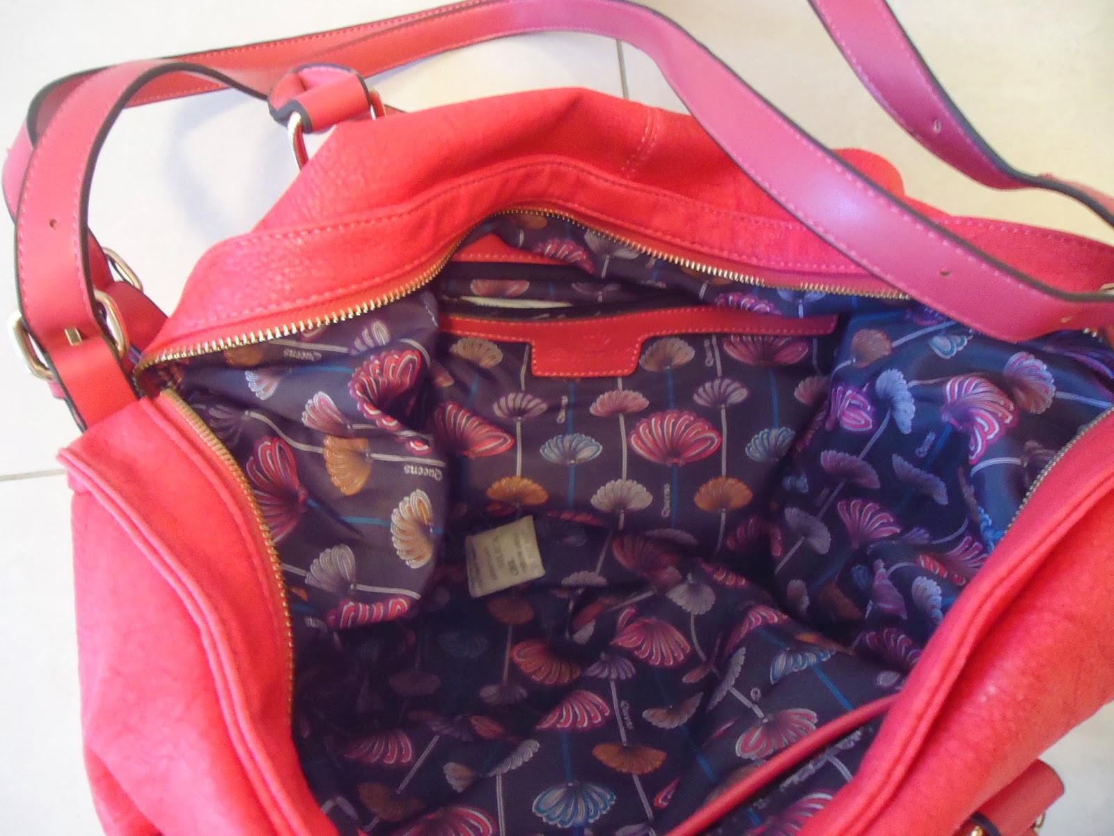 6f57bfdf0 Bolsa Queens Giorgia rosa, confeccionada em material sintético, com detalhe  de bolso frontal com recorte envernizado, com fechamento por botão de  encaixe.