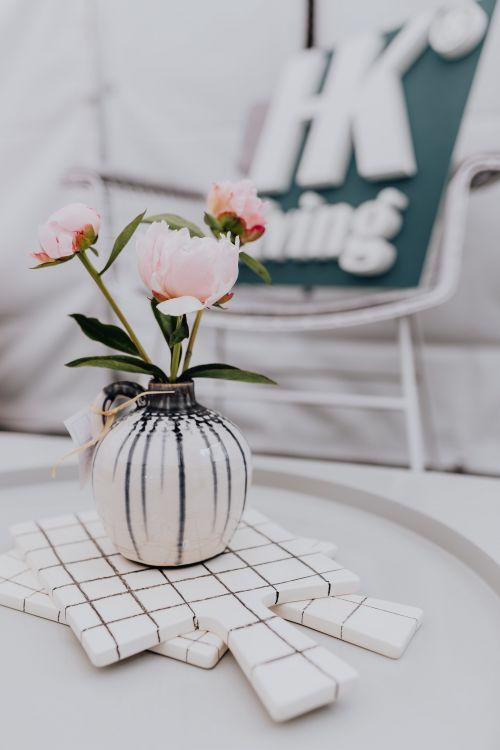 bialo-czarny wazonik na kwiaty