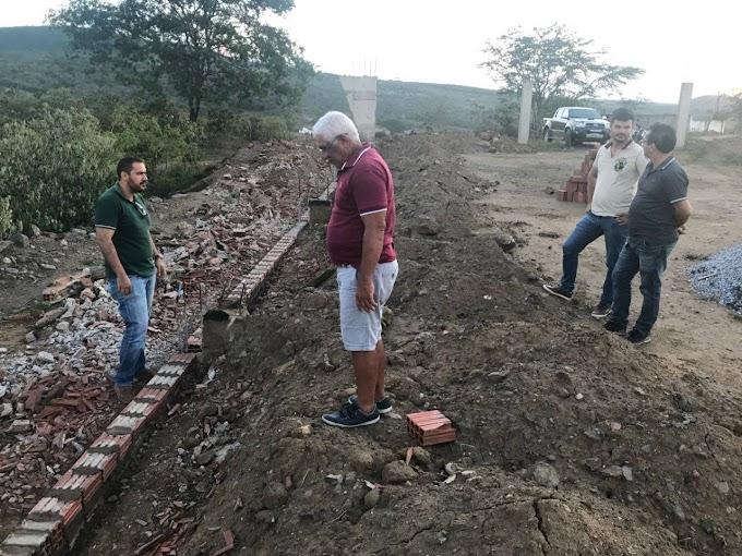 Prefeito de Umbuzeiro acompanha as obras de construção da Quadra de Esportes do Alecrim
