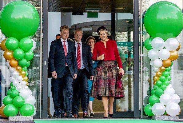 Queen Maxima wore Natan wool print skirt an Natan silk blouse, she wore Gianvito Rossi pumps and Bodes en Bode earrings
