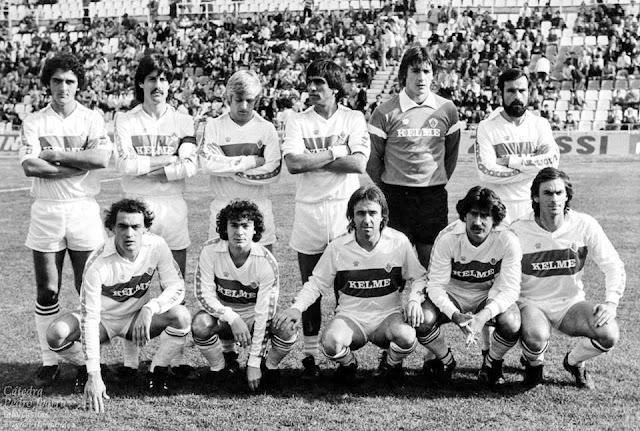 ELCHE C. F. - Temporada 1982-83 - Quesada, Castroverde, Pérez García, Jacquet, Miguel y Valle; Merayo, Mateo, Lico, Félix y Chomín. ELCHE C. F. 0 CÁDIZ C. F. 0. 09/01/1983. Campeonato de Liga de 2ª División, jornada 19. Elche, Nou Estadi.