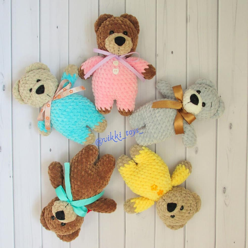 Knitted teddy bears from plush yarn