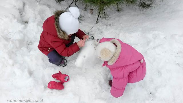 Девочки спасают лысого ёжика