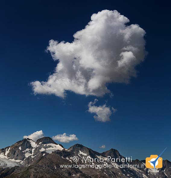 Panorama sulle alpi dal passo Orsirora con nuvola