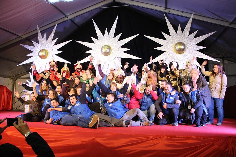 Los Reyes Magos se hacen foto de familia con los organizadores de la cabalgata