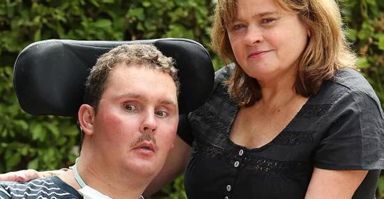 Ele ficou tetraplégico depois de comer uma lesma viva - Capa
