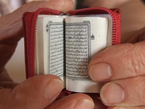07-Jozsef-Tari-Private-Collection-of-5200-Miniature-Books-www-designstack-co