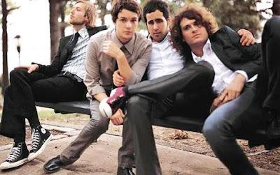Foto del grupo The Killers sentados